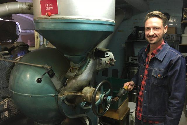 """""""Je to kulovitá pražička z roku 1926 od německé firmy Barth. Má plynový hořák, se kterým se velmi snadno reguluje teplota,"""" popisuje kavárník Heiko Rehorik srdce své pražírny."""