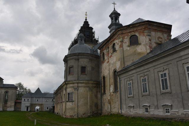 """Hlavní kostel Podkamiňského kláštera nese stále stopy """"péče"""", které mu Ukrajina věnovala ve 20. století"""