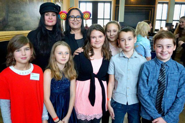 Hrdinové ocenění na akci Dětský čin roku se Zorou Jandovou a herečkou Jirkou Čvančarovou