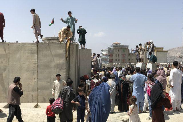 Chaos na letišti v Kábulu,  kde se Afghánci pokoušejí opustit hlavní město   foto: Fotobanka Profimedia