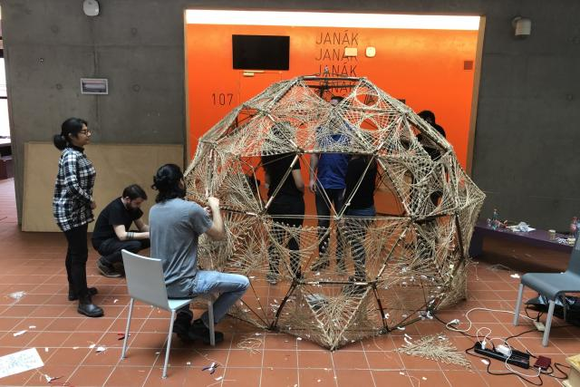 Studenti Fakulty architektury svazují dohromady konstrukci kulovitého pavilonu