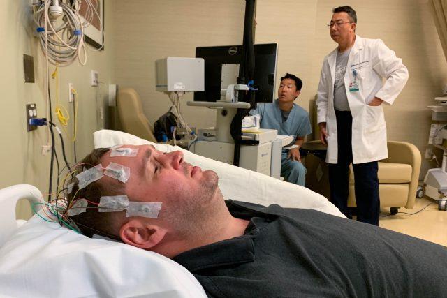 Výzkumníci sledují nervovou aktivitu pacienta Jasona na EEG