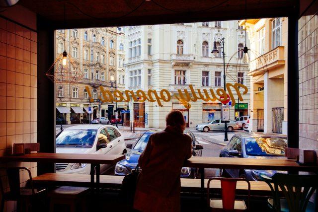 Pohled na pražskou Dlouhou třídu, jednu z ulic nejvíc postižených overturismem