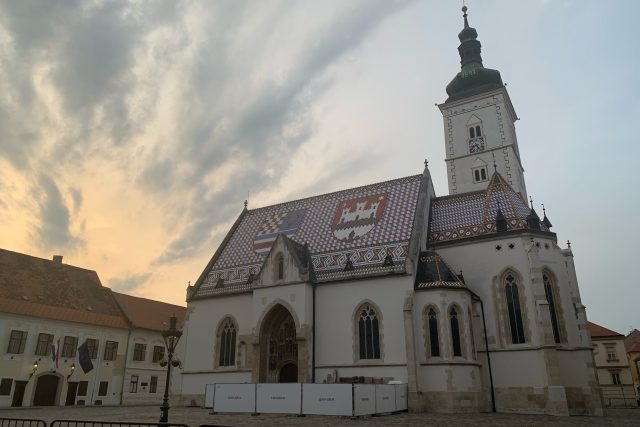 Kostel svatého Marka působí v zapadajícím slunci o poznání méně křiklavě než během dne. Mozaiková střecha je nepřehlédnutelná