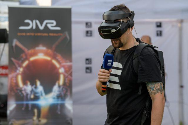 Reportér Vojtěch Koval si zkouší virtuální realitu. Přenesl se do středověké Prahy