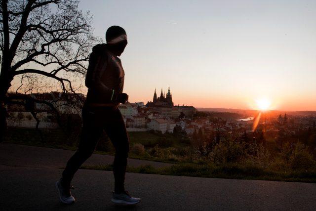 Běžec a východ slunce nad Prahou | foto: Michal Růžička,  MAFRA / Profimedia