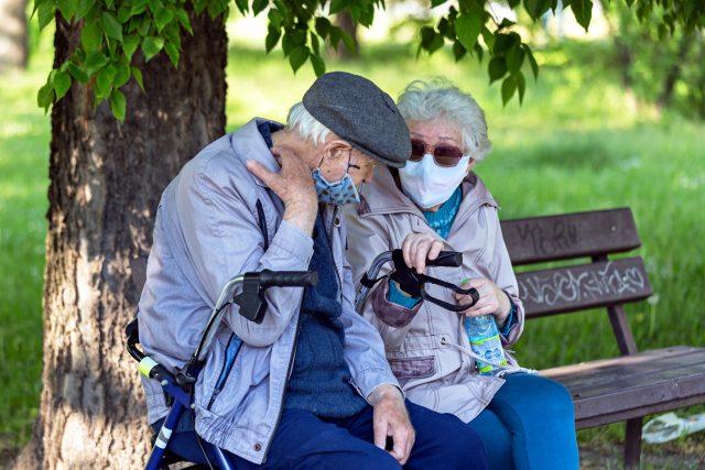 Důchodci s rouškou