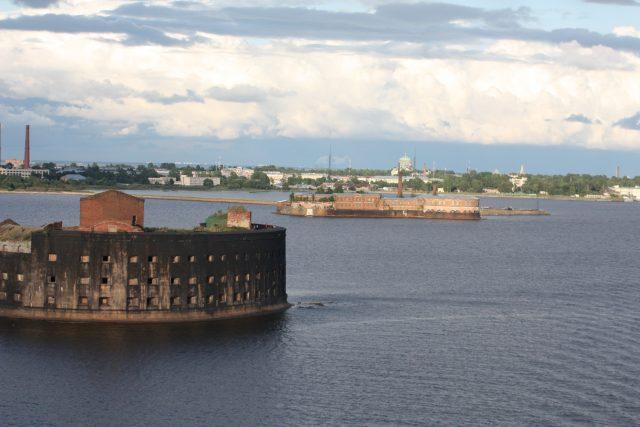 Ostrov Kronštadt leží v Baltském moři severně od Petrohradu