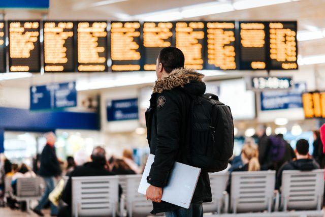 Cestující na letišti (ilustrační snímek)