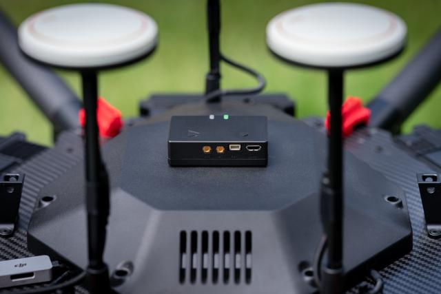 Nenaápadnou krabičku,  kterou vyvinul start-up Dronetag,  připevníte k dronu suchým zipem | foto: Vojtěch Koval,  Český rozhlas