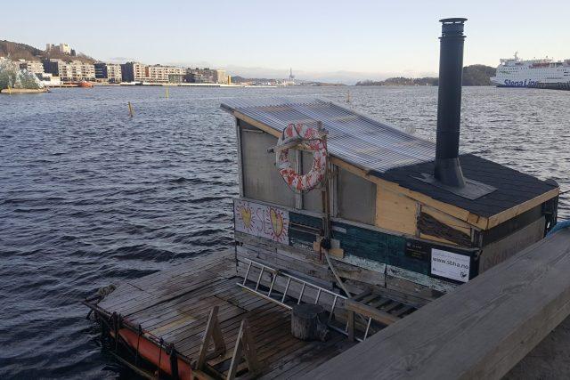 Plovoucí saunu s oblibou využívají otužilci vyznávající oblíbenou Wim Hofovu metodu