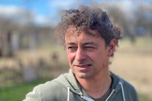 Dětství jsem prožil s tátou hajným v lese, děda byl zemědělec – a ze mě je agrolesník, směje se Radim Kotrba