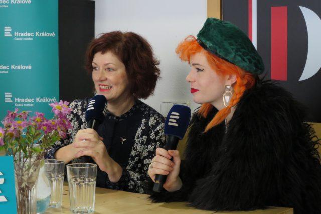 Helena a Žofie Dařbujánovy hosty Lady Klokočníkové v rozhlasové kavárně
