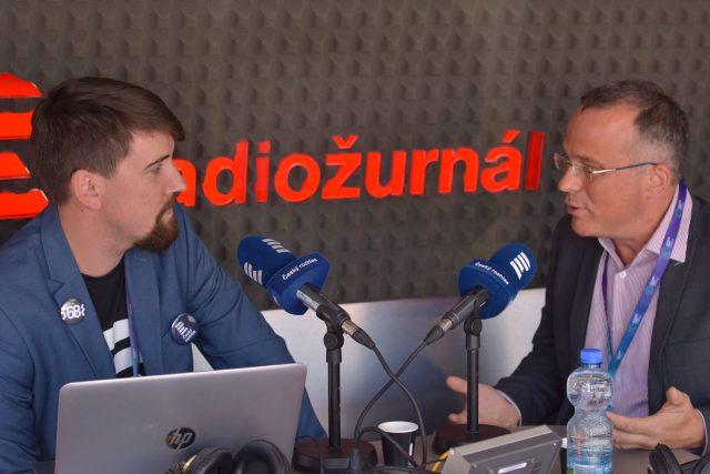 Ředitel Centra pro pokročilé funkční nanoroboty při Vysoké škole chemicko-technologické v Praze Martin Pumera během rozhovoru s Vojtěchem Kovalem.