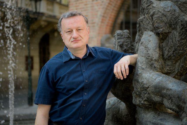 Prorektor Univerzity Karlovy pro vědu a výzkum a vedoucí výzkumné skupiny na Ústavu organické chemie a biochemie Akademie věd České republiky Jan Konvalinka