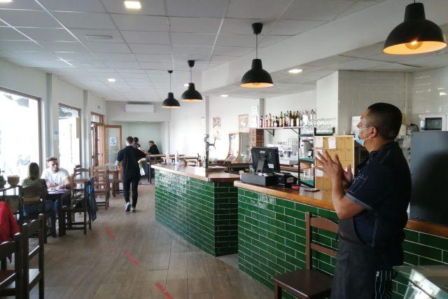 Tapas bar je Fernandův splněný sen,  vložil do něj všechny svoje úspory | foto: Ľubica Zlochová,  Český rozhlas