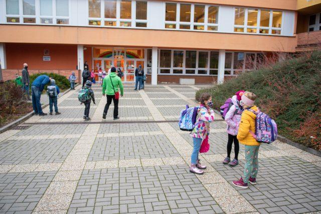 Děti s rouškou u školy | foto: Jan Salač,  MAFRA / Profimedia