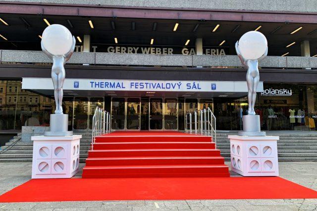 Malá verze červeného koberce před vstupem do hotelu Thermal upozorňuje na zrušený festival