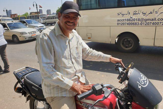 Mahmúd pracoval dřív jako truhlář, ale taxikaření na motorce ho prý uživí líp