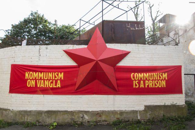 Komunismus je vězení, vítá návštěvníky u vstupu do  muzea nápis na transparentu