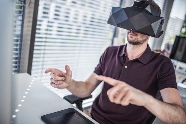 Virtuální brýle XTAL se ovládají pomocí tzv. hand trackingu a také prostřednictvím hlasových povelů.