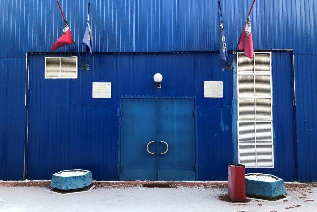 K původnímu vchodu má ten současný daleko. Společné mají jen to, že jsou schované v areálu stadionu