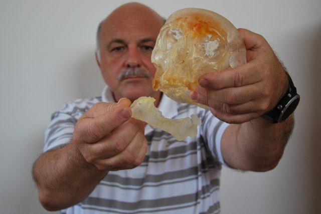 Vilém Vrbický, šéf společnosti 3D Tech a průkopník 3D prototypingu v Česku, ukazuje medicínský model lebky vytištěný na 3D tiskárně.