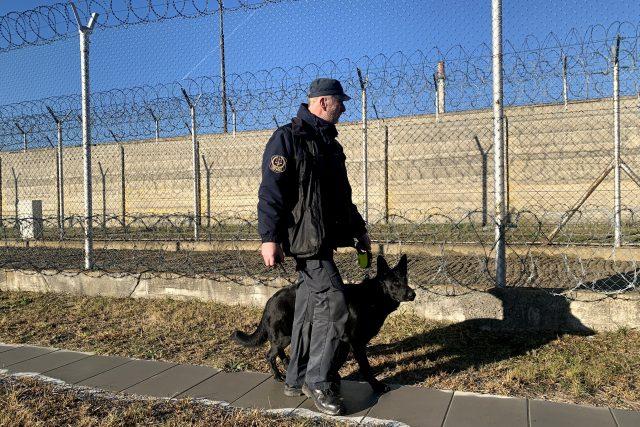 Víc než 850 vězněných lidí je ve zdejším areálu neustále pod dohledem | foto: Martin Pařízek,  Ondřej Vaňura,  Český rozhlas,  Český rozhlas