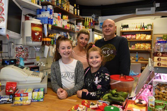 Manželé Chromí s dcerami v Gloucesteru úspěšně podnikají už jedenáct let.
