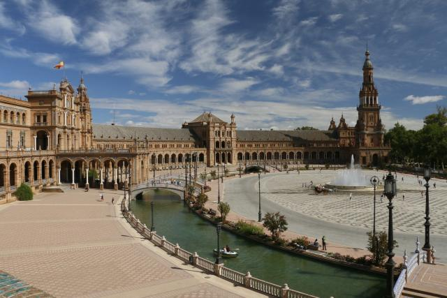 Náměstí Plaza de Espaňa v Seville projektoval sevillský architekt Aníbal González při příležitosti latinoamerického Expa v roce 1929