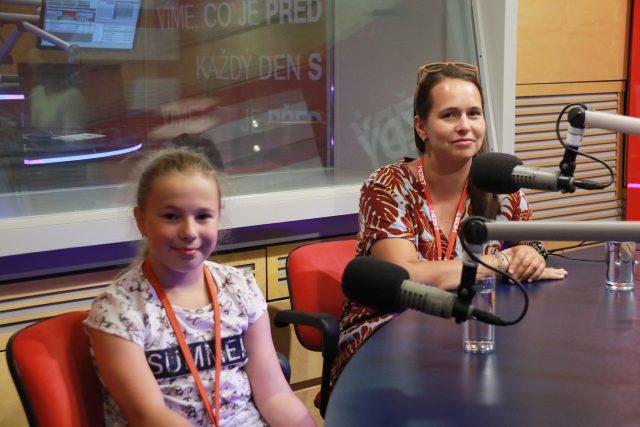 Handbikerka Saša Borská s maminkou ve studiu Radiožurnálu