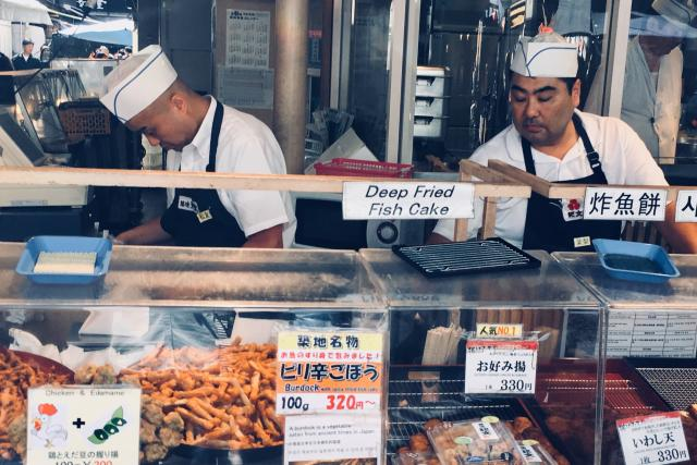 Čtyřicetistupňová vedra, která sužují Tokio, ohrožují i živobytí prodejců na největším rybím trhu světa - Tsukidži.