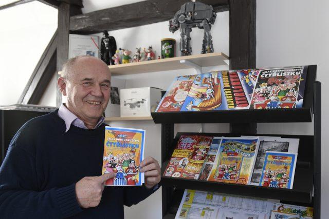 Autor dětského komiksu Čtyřlístek Jaroslav Němeček ukazuje návrh plakátu na nový film Velké dobrodružství Čtyřlístku