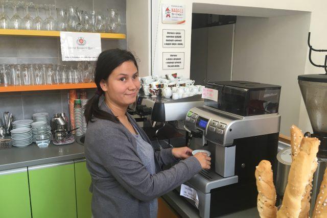 Nezisková kavárna Cafe 21 v Uherském Hradišti a číšnice Renata