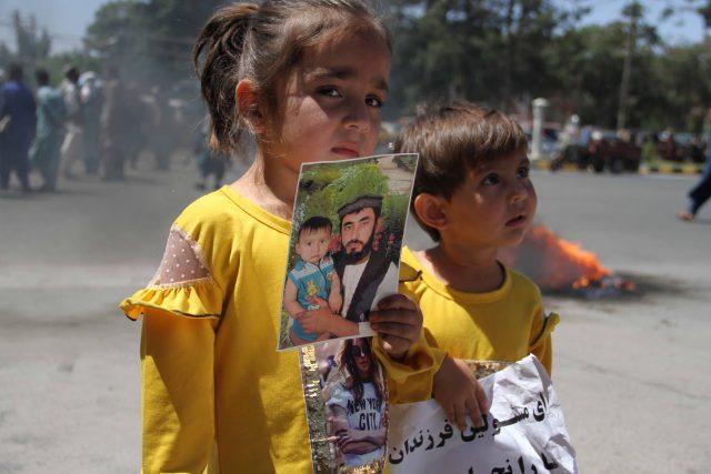 Děti afghánského vojáka,  kterého zadržel Tálibán | foto: Profimedia