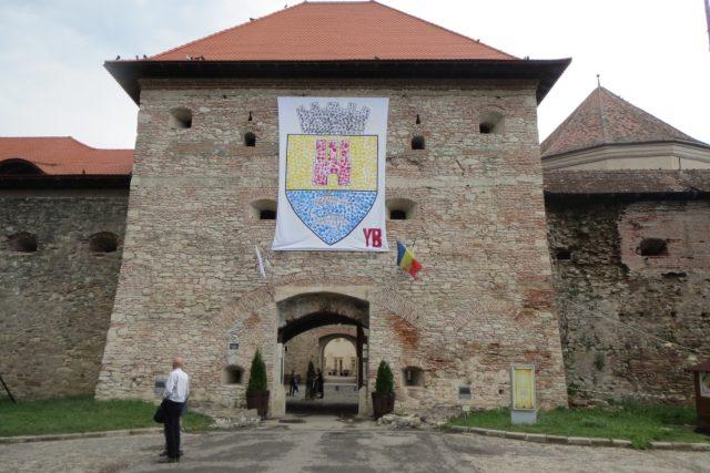 Brána pevnosti Fagaraš. Více než 160 internovaných politických vězňů už z ní nikdy nevyšlo ven