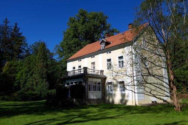 Doživotní užívání domu u rybníka Strž, kde sídlí Památník Karla Čapka, bylo svatebním darem Karlu Čapkovi a Olze Scheinpflugové