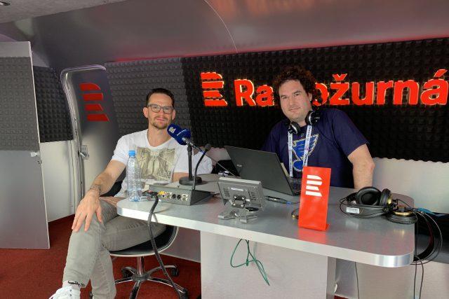 Bývalý hokejista Patrik Eliáš (vlevo) v airstreamu Radiožurnálu Sport