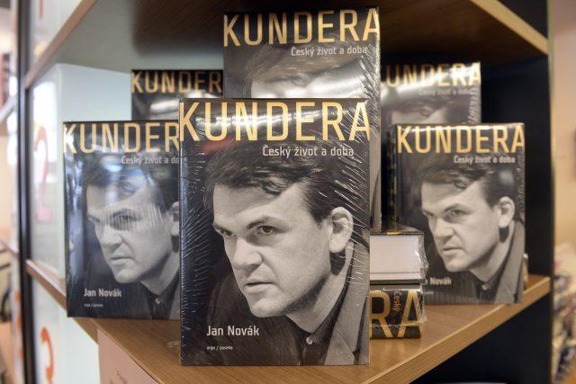 Kniha s názvem Kundera: Český život a doba. Životopis spisovatele Milana Kundery napsal Jan Novák