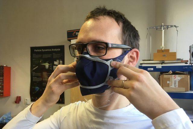 David Škaroupka předvádí těsnící rámeček na roušku