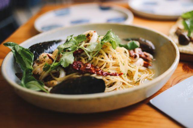 Mořské plody, saláty, méně masa a suroviny dodávané v ekologických obalech. To je příspěvek restaurace Asia v Oslu udržitelnému rozvoji.