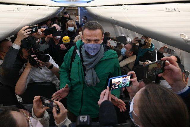 Alexej Navalnyj, hlavní kritik Vladimira Putina, v obležení novinářů na cestě z Německa do Ruska