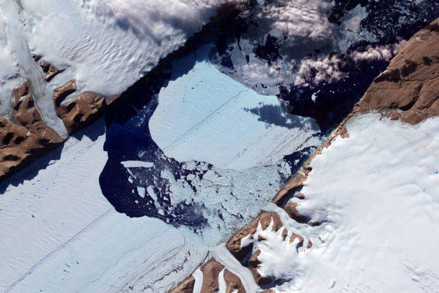 Grónský ledovec o velikosti Aljašky má teď led tlustý místy až tři kilometry. Podle vědců taje nejrychleji za posledních 400 let.