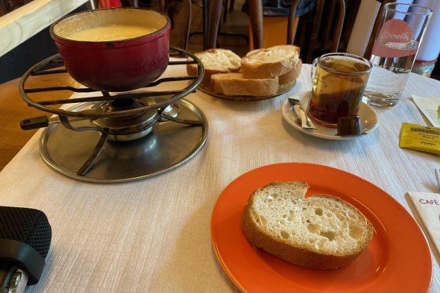 Ulomíte si malý kousek chleba,  namočíte ho do fondue tak,  aby byl úplně celý obalený | foto: Jakub Lucký,  Český rozhlas,  Český rozhlas