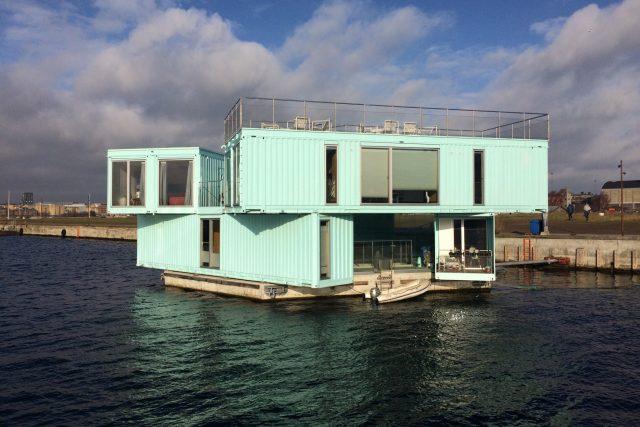 Kontejnery se díky těžkému betonovému základu na vodě téměř ani nepohnou