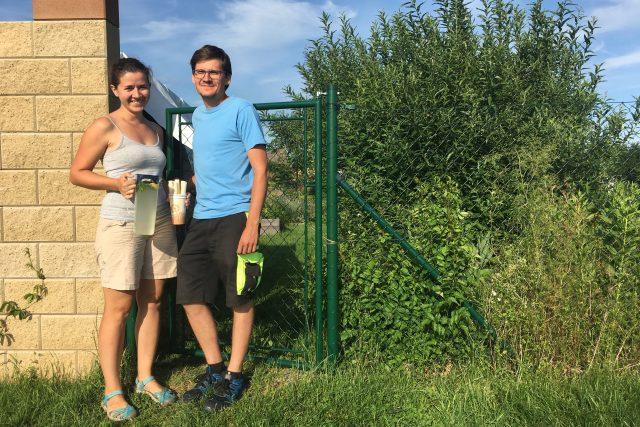 Martin a Eliška jsou na zahradě každý den