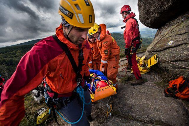Zásahy hasičů v těžko přístupných terénech jsou často ty nejtěžší. Profesionální a dobrovolní hasiči musí být připraveni na hašení požáru v horách i záchranu zraněného člověka uprostřed skal