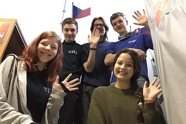 Posádka simulovaného letu (zleva): Veronika Danadová, Sára Klimentová, Oto Ulrich, Miroslav Kořínek a Josef Lát