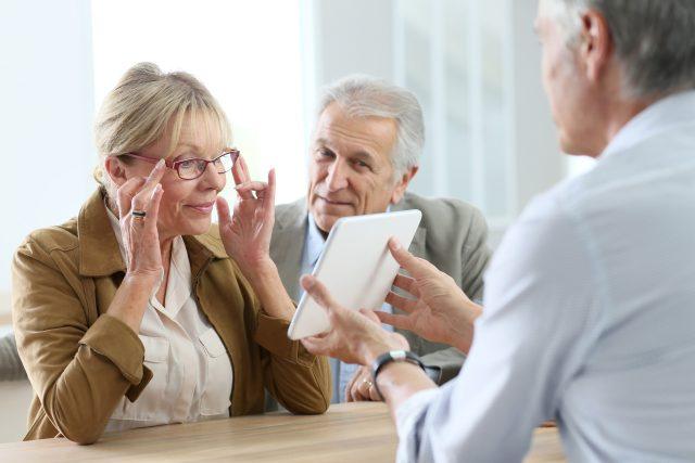 Seniorka nakupující brýle (ilustrační foto)