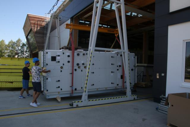 Vědci z Univerzitního centra energeticky efektivních budov v Buštěhradě dokončují práce na desikační jednotce,  která bude vyrábět vodu ze vzduchu na EXPO 2020 v Dubaji   foto:  Univerzitní centrum energeticky efektivních budov v Buštěhradě